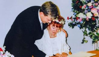 Когато се ожениха през 2001 г., той бе на 18, а тя на 51! Ето как изглеждат днес СНИМКИ